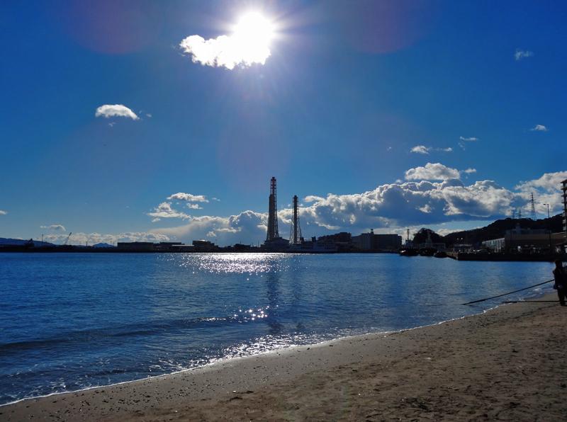 170115久里浜煙突と夏のような雲2