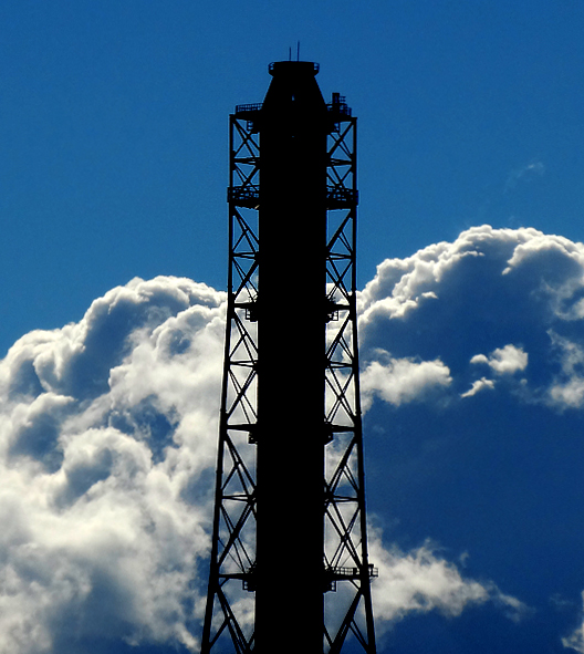170115久里浜煙突と夏のような雲3