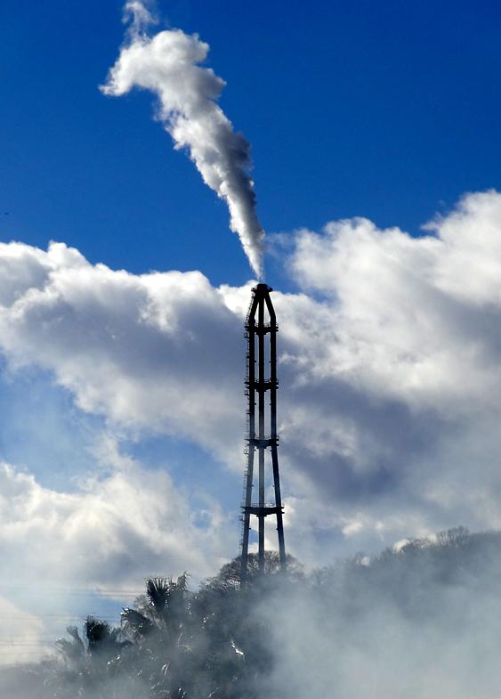 170115久里浜煙突と夏のような雲4