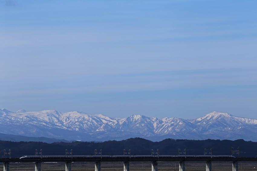 20170108焼石連峰と新幹線
