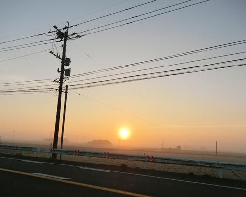 日の出と朝霧。