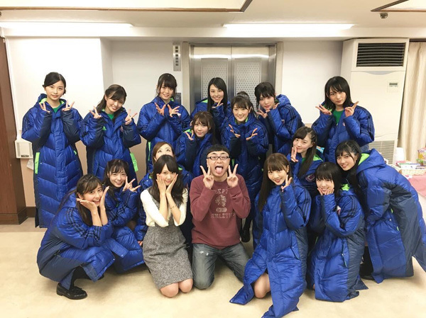 イジリー岡田・永島聖羅とアンダーメンバーが集合写真