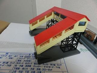 跨線橋(屋根:赤・通路:黄色)