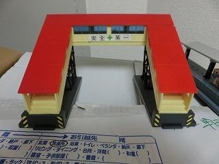 跨線橋(屋根:赤・通路:黄色)②