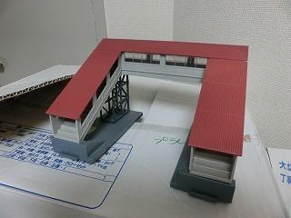 跨線橋(屋根:あずき色・通路:グレー)