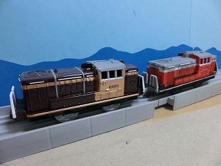 完成した「わたらせ渓谷鉄道 DE10」2両の並び⑤