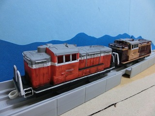 完成した「わたらせ渓谷鉄道 DE10」2両の並び⑥
