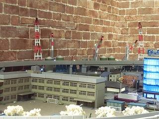 学校の奥に見える工場地帯