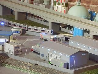 工場地帯前の高架線下を走る京成3500