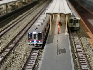 駅停車中のキハ110と京成3500