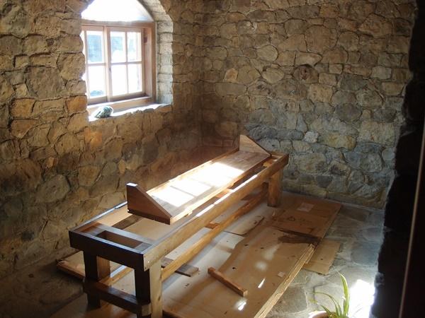 母屋の棚板とン離れのベンチ