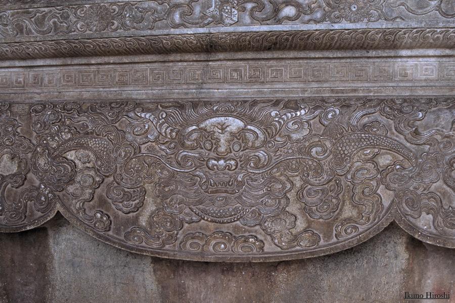 嗣徳帝陵の龍浮き彫り