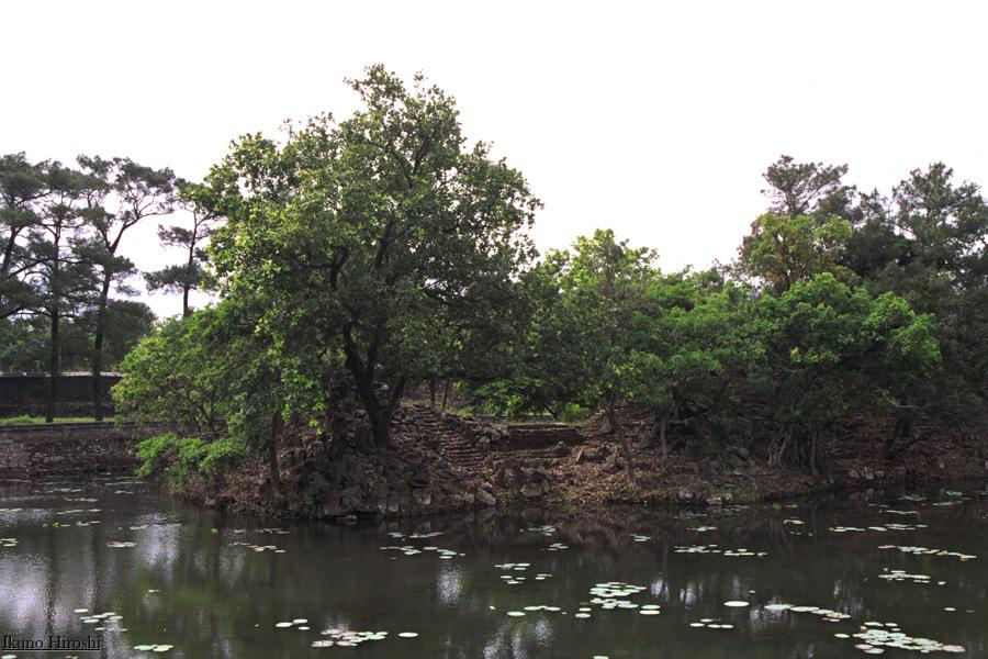 嗣徳帝陵の池