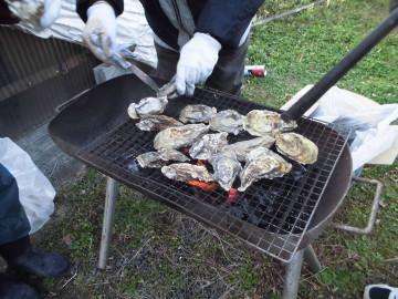 朝市で焼き牡蠣2