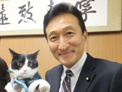 参議院議員 渡辺美樹先生と猫ジャンヌダルクのツーショット 500