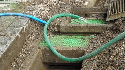 排水タンクから配水管