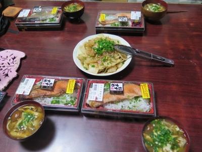 カブとハヤトウリのポン酢炒めとシャケ弁当