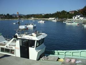 気仙沼大島港で漁船に乗る