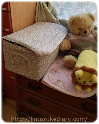寝室の衣類収納ボックスとぬいぐるみ