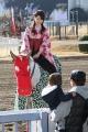170101 獅子舞の衣装で誘導馬がお出迎え-02