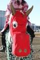170101 獅子舞の衣装で誘導馬がお出迎え-03
