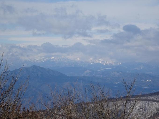 北部の山並みは雪雲