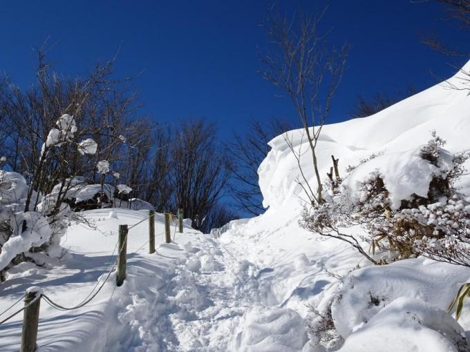 張り出す雪庇