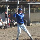 初回表、佐藤が安打を放ち二塁走者が本塁を突くがタッチアウト