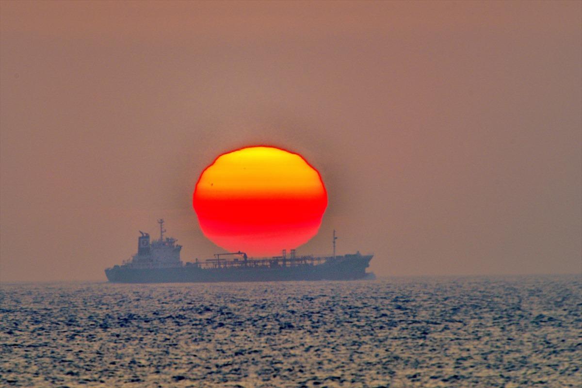 夕日を運ぶ船