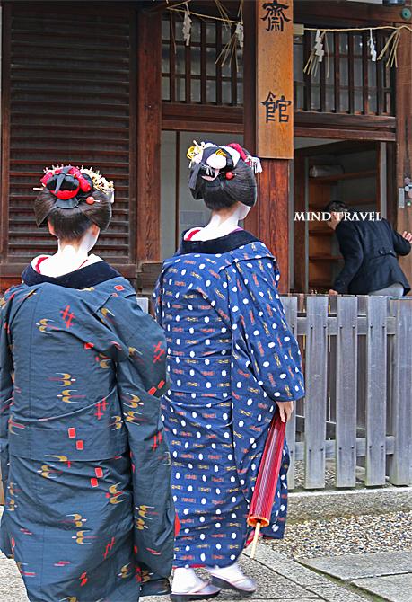 八坂神社 コート姿の舞妓さん