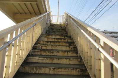 病院前歩道橋の階段