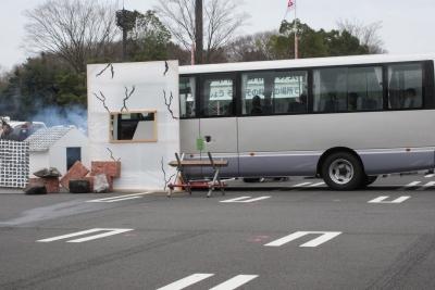 バスが建物に突っ込む
