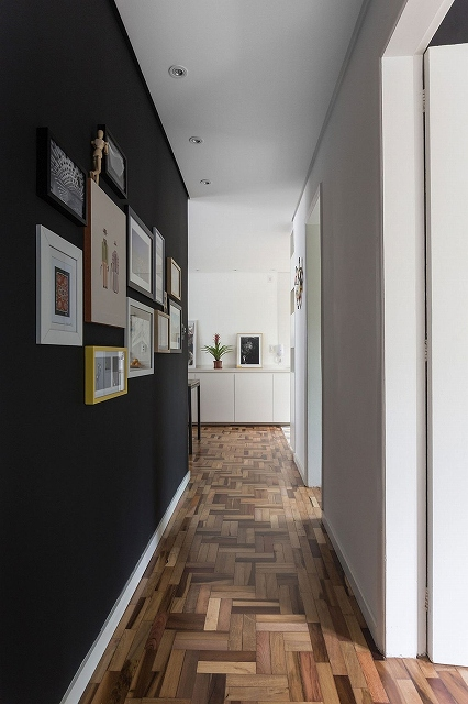 Gallery-wall-leads-way-to-the-bedrooms-from-the-living-space_201701220830064ba.jpg