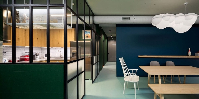 Kitchen-with-glass-walls-allows-light-to-filter-through-easily.jpg