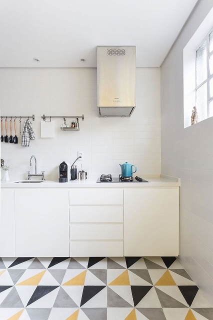 Small-kitchen-design-in-white-with-a-counter-that-leads-to-the-dining_201701220828437c6.jpg