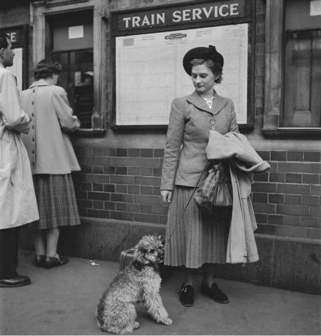 Lady-with-her-dog-at-London-Victoria-station-1950.jpg