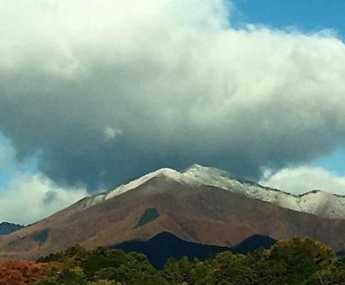 遠くの山が白い!