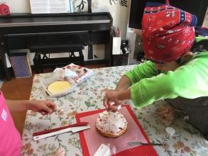 ワイワイガヤガヤ!家族皆で「苺たっぷりケーキ」を作りましょう♪ 笑いあり感動ありのケーキ作り!