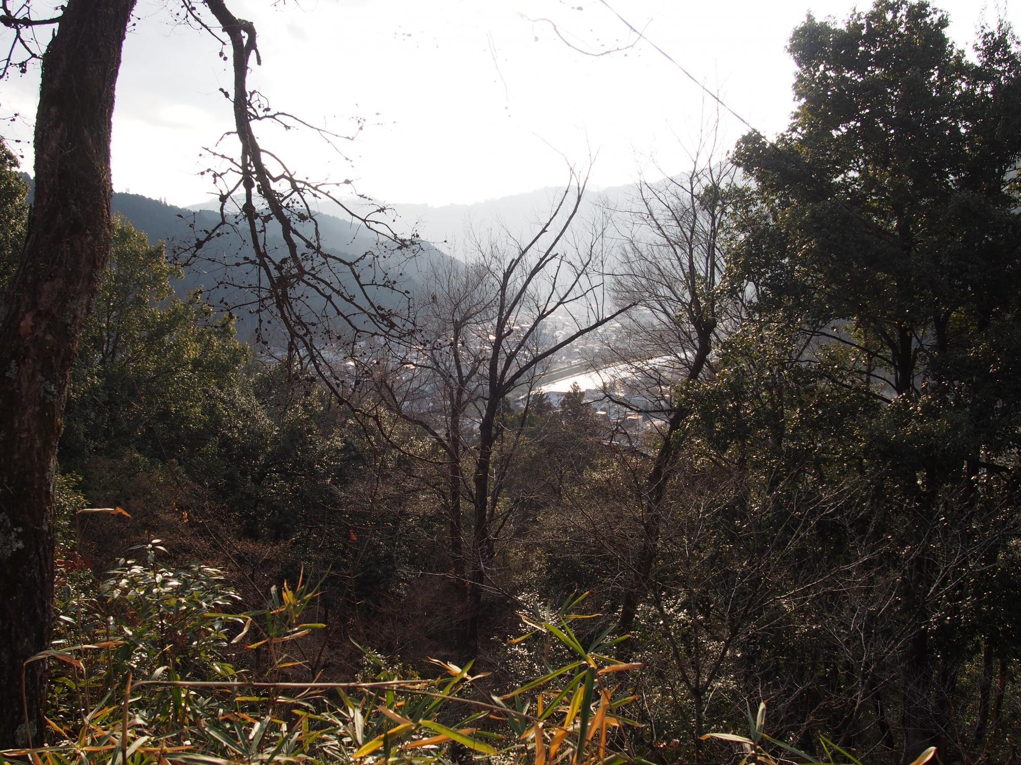 山の向こうに見える泉