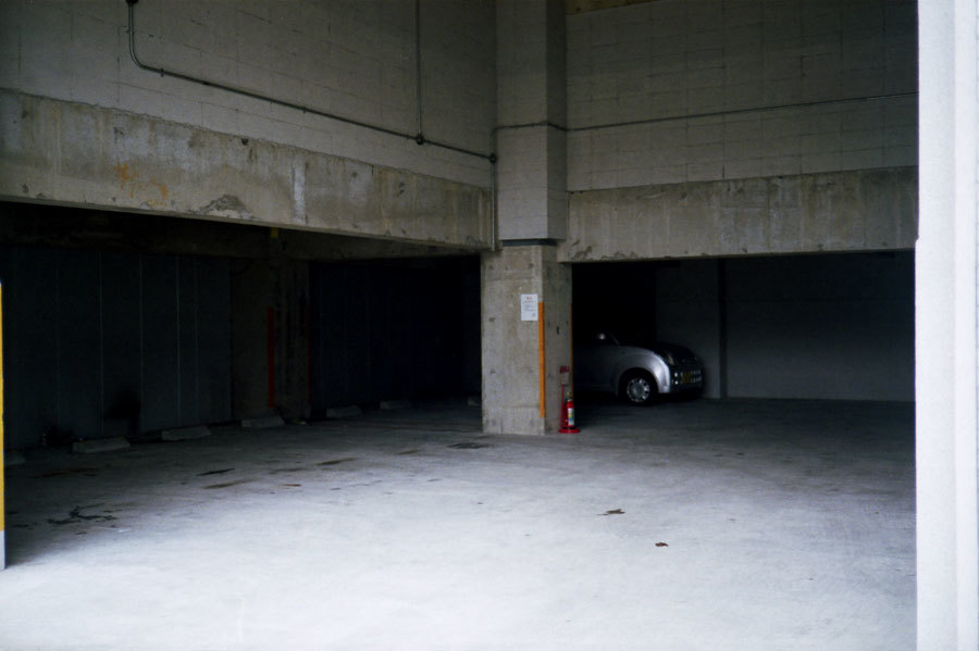 駐車場の片隅で