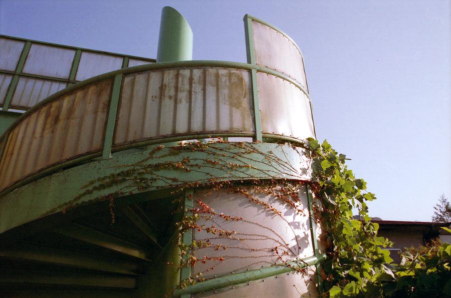 蔦と螺旋の歩道橋の上