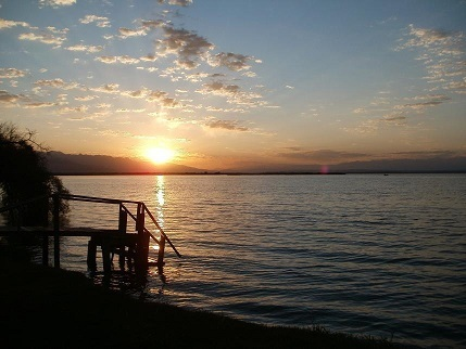 夜明けを迎えるイシククル湖
