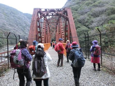 9 古い残された鉄橋にさしかかる