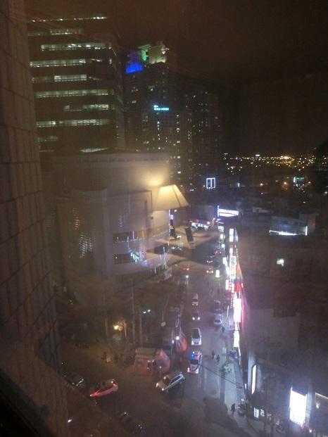 12 ホテルの窓からの夜景