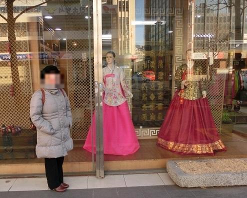 10 韓国服屋さんの前にて、