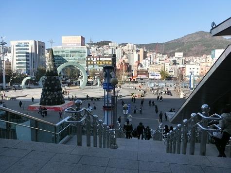 18 釜山駅の2Fから広場を眺める
