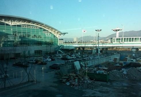 7 空港内から外の景色
