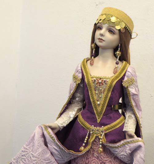 紫のドレスの少女