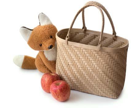 網代編みの籠と林檎