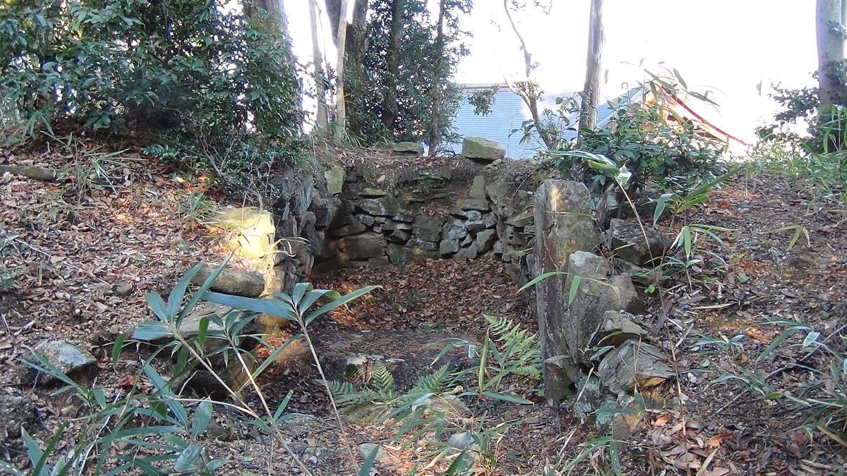 熊野神社本殿西側山頂にある遺構